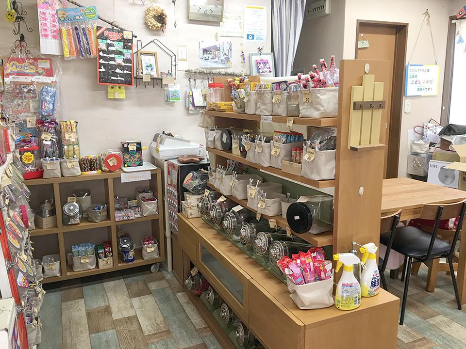 駄菓子屋かなんの店内の駄菓子の画像